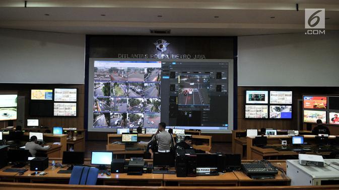 Suasana ruang kontrol Ditlantas Polda Metro Jaya, Jakarta, Senin (1/10). Uji coba sistem tilang elektronik atau electronic traffic law enforcment (ETLE) berlaku mulai 1 Oktober. (Merdeka.com/Iqbal S. Nugroho)