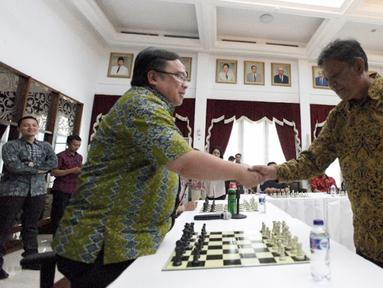 Menteri PPN/Kepala Bappenas Bambang Brodjonegoro (kiri) bersalaman dengan Grand Master Catur Indonesia Cerdas Barus (kanan) dalam acara Porseni 2018 di kantor Kementerian PPN/Bappenas, Jakarta, Jumat (14/9). (Liputan6.com/HO/Bappenas)