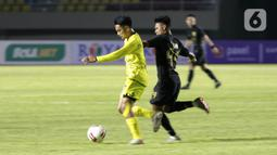 Pemain Barito Putra Abrizal Umanailo menggiring bola saat melawan PSIS Semarang  pada laga Piala Menpora di Stadion Manahan, Solo, Minggu (21/3/2021). Pertandingan berakhir dengan skor 3-3. (Bola.com/M Iqbal Ichsan)