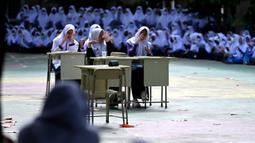 Para siswa berpartisipasi dalam peringatan Hari Kesehatan Jiwa Sedunia di sebuah SMP Islam di Banda Aceh, Aceh, Kamis (14/10/2021). Hari Kesehatan Jiwa Sedunia atau World Mental Health Day diperingati setiap tanggal 10 Oktober. (CHAIDEER MAHYUDDIN/AFP)