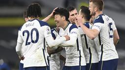 Striker Tottenham Hotspur, Son Heung-min (tengah) berselebrasi usai mencetak gol ke gawang Sheffield United pada pertandingan Liga Inggris di Stadion Tottenham Hotspur, London, Senin (3/5/2021). Kemenangan ini membuat Tottenham naik ke posisi kelima dengan raihan 56 poin. (Shaun Botterill/Pool via