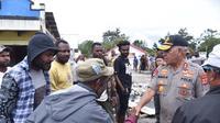 Kapolda Papua, Irjen Pol Paulus Waterpauw bertemu warga di Wamena, Kabupaten Jayawijaya. (Liputan6.com/Katharina Janur/Polda Papua)