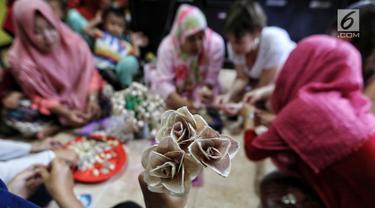 Salah satu hasil kreasi daur ulang dari kulit bawang yang dibuat oleh dua warga negara asing (WNA) di Rumah Amalia, Ciledug, Kota Tangerang, Sabtu (3/3). Kegiatan kreativitas ini dibantu ibu-ibu sekitar. (Liputan6.com/Fery Pradolo)