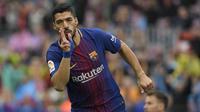 Penyerang Barcelona, Luis Suarez, rayakan gol ke gawang Valencia pada laga La Liga di Camp Nou, Sabtu (14/4/2018). (AFP/Lluis Gene)