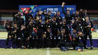 Pemain tim sepak bola putra Papua usai menerima medali emas. Pada laga final yang berlangsung di Stadion Mandala, Jayapura, Papua, Kamis (14/10/2021), Papua menang 2-0 atas Aceh. (Foto: PB PON XX Papua 2021/Chaarly Lopulua)