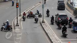Sejumlah Pengendara motor terlihat melawan arah arus di kawasan Tanah Abang, Jakarta Pusat, Selasa (9/6/2015). Pelaksanaan denda maksimal diterapkan karena semakin sedikitnya kesadaran masyarakat mematuhi aturan lalu lintas. (Liputan6.com/Johan Tallo)