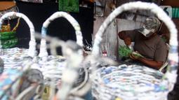 Perajin menyelesaikan miniatur pesawat di bengkel Workshop kawasan Kemandoran 8 Jakarta Selatan, Senin (10/2/2020). Berbagai kerajinan tangan berbahan dasar koran bekas dijual dengan harga Rp. 50.000 ribu hingga Rp. 150 ribu tergantung tingkat kesulitan dalam pengerjaan. (merdeka.com/Arie Basuki)