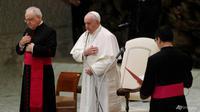 Paus Fransiskus membuat tanda salib pada audiensi umum mingguan di aula Paulus VI di Vatikan pada hari Rabu, 21 Oktober 2020. (Foto: AP / Gregorio Borgia)