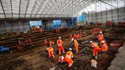 Aktivitas arkeolog saat menggali pemakaman di bawah St James Gardens, London, Inggris, Kamis (1/11). Pembongkaran makam tersebut untuk membuka jalur kereta baru. (ADRIAN DENNIS/AFP)