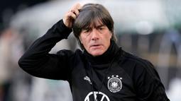 2. Joachim Loew - Pelatih Timnas Jerman ini terlihat tengah menghisap tembakau saat menyaksikan laga perempat final Euro 2008 ketika Jerman melawan Portugal. Loew tidak membatah bahwa dirinya perokok. (AFP/Peter Steffen)