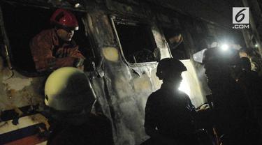 Kecelakaan kereta api jarak jauh Walahar Ekspress perjalanan Tanjung Priok-Purwakarta, dengan minibus di perlintasan Pasar Senen.
