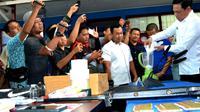 Kepala BNN Provinsi Bengkulu Agus Riansyah menuangkan setengah kilogram Sabu kedalam alat penghancur atau blender sebelum dimusnahkan (Liputan6.com/Yuliardi Hardjo)