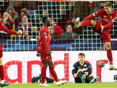 Pemain Liverpool Naby Keita (tengah), Jordan Henderson (kiri), dan Roberto Firmino (kanan) saat menghadapi Red Bull Salzburg pada pertandingan Grup E Liga Champions di Salzburg, Austria, Selasa (10/12/2019). Liverpool menang 2-0 dan lolos ke babak 16 besar Liga Champions. (KRUGFOTO/APA/AFP)