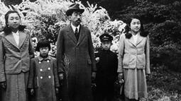 Kaisar Hirohito (tengah) berfoto bersama Putra Mahkota Akihito (dua kanan) dan saudara perempuannya Putri Shigeko dari Teru, Putri Atsuko dari Yori, dan Putri Kazuko dari Taka, foto ini diduga diambil pada tahun akhir 30-an atau awal 40-an. (AFP)