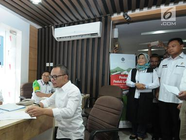Menteri Ketenagakerjaan (Menaker) M Hanif Dhakiri (tengah) memeriksa kesiapan petugas Posko Peduli Lebaran 2018 di Gedung B Kemenaker, Jakarta, Senin (28/5). Posko juga menerima aduan pemasalahan seputar THR. (Liputan6.com/Helmi Fithriansyah)