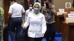 Dirut PT Pertamina (Persero) Nicke Widyawati tiba mengikuti Rapat Dengar Pendapat (RDP) dengan Komisi VII DPR di kompleks Parlemen, Senayan, Jakarta, Senin (5/4/2021). RDP tersebut membahas kebakaran tangki minyak milik Pertamina RU VI Balongan, Indramayu, Jawa Barat. (Liputan6.com/Angga Yuniar)