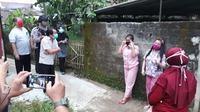 Pemandu Lagu asal Sukabumi meninggal dunia di Banjarnegara, pemulasaran jenazah dengan protokol Covid-19. (Dok. Pemkab Banjarnegara, Liputan6 com/Galoeh Widura).