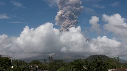 Gunung Mayon di Filipina mengeluarkan gumpalan asap raksasa terlihat dari Camalig, selatan Manila, Senin (22/1). Status level 4 menandakan bahwa letusan gunung akan terjadi dalam waktu dekat. (AP Photo/Earl Recamunda)