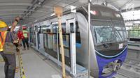 Kereta mass rapid transit (MRT) terparkir di depo  MRT Lebak Bulus, Jakarta, Selasa (28/8). Progres konstruksi moda transportasi MRT Jakarta fase I rute Lebak Bulus-Bundaran HI kini mencapai hampir 96 persen. (Liputan6.com/Herman Zakharia)