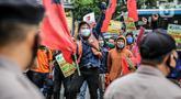 Pekerja alih daya (outsourcing) maskapai penerbangan Lion Air saat menggelar unjuk rasa di Gedung Lion Tower, Jakarta, Senin (13/7/2020). Aksi yang diikuti ratusan orang ini menuntut hak yang disebut belum dibayarkan oleh manajemen perusahaan. (Liputan6.com/Faizal Fanani)
