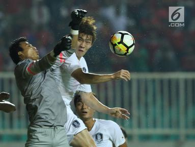 Penjaga gawang Timnas Indonesia U-23. M Ridho (tengah) berebut bola atas dengan pemain Korea Selatan U-23 pada laga persahabatan di Stadion Pakansari, Kab Bogor, Sabtu (23/6). Babak pertama Indonesia U-23 tertinggal 0-1. (Liputan6.com/Helmi Fithriansyah)