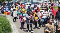 Warga memadati lajur pintu masuk kawasan Kebun Binatang Ragunan, Jakarta, Minggu (30/12). Libur panjang jelang pergantian tahun dimanfaatkan warga untuk berlibur di kawasan Kebun Binatang Ragunan. (Liputan6.com/Helmi Fithriansyah)