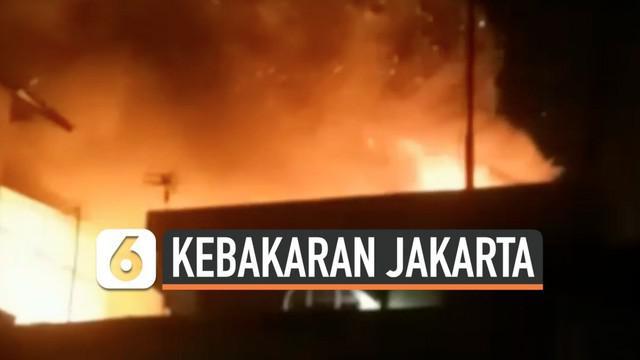 Sejumlah rumah warga di permukiman padat penduduk di kawasan Cilincing terbakar Minggu (3/11) malam. Kebakaran diduga karena hubungan pendek arus listrik di salah satu rumah.