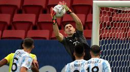 Tertinggal defisit satu gol Kolombia berbalik menyerang Argentina. Penjaga gawang Argentina, Emiliano Martinez tercatat dua kali melakukan penyelamatan ketika laga memasuki menit ke-15.(Foto: AFP/Nelson Almeida)