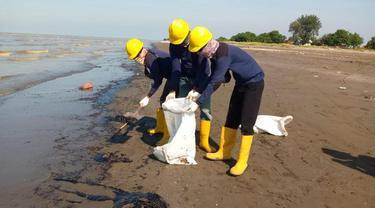 Pasca kejadian tumpahan minyak di area pantai Karawang, Tim PHE ONWJ terus bersinergi dengan berbagai pihak untuk membersihkan sisa ceceran minyak. (Dok Pertamina)