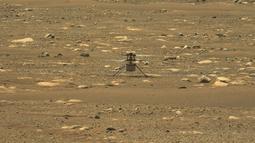 Foto NASA yang diperoleh pada 18 April 2021 menunjukkan Helikopter Ingenuity setelah berhasil menyelesaikan tes spin-up berkecepatan tinggi ditangkap oleh instrumen Mastcam-Z di Perseverance pada 16 April 2021 (the 55th sol, or Martian day, of the rover's mission). (Handout/NASA/JPL-Caltech/ASU/AFP)