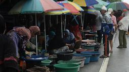 Sejumlah wanita muslim menjual ikan di pinggir jalan di Narathiwat, Thailand (19/12). Daerah ini sejak 4 Januari 2004 telah menjadi tempat terjadinya konflik antara pemerintah Thailand dan para separatis Muslim. (AFP Photo/Lillian Suwanrumpha)