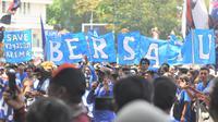 Aksi Make Malang Great Again yang dilakukan Aremania, Senin (16/11/2020). (Bola.com/Iwan Setiawan)