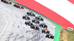 Mengawali balapan di pole pertama, Verstappen melesat cepat di depan hingga unggul 25,1 detik dari posisi kedua yang ditempati oleh Lando Norris lalu disusul oleh Sergio Perez di urutan ketiga. (Foto: AFP/Joe Klamar)