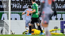 Kiper Borussia Moenchengladbach Yann Sommer gagal menahan bola yang dilesakkan pemain Istanbul Basaksehir Irfan Can Kahveci pada laga Grup J Liga Europa di Moenchengladbach, Jerman, Kamis (12/12/2019). Moenchengladbach gagal ke fase gugur setelah kalah 1-2 dari Basaksehir. (AP Photo/Martin Meissner)
