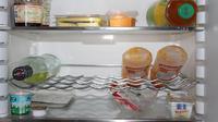Makanan yang campur aduk tersimpan dalam lemari es bisa menimbulkan aroma  yang tak sedap. Ini cara mengatasinya.