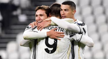 Penyerang Juventus, Alvaro Morata (tengah) merayakan bersama rekan timnya setelah mencetak gol ke gawang Dynamo Kiev pada matchday kelima Grup G Liga Champions di Allianz Stadium, Kamis (3/12/2020) dinihari WIB. Juventus meraih kemenangan 3-0 atas tamunya Dynamo Kyiv. (Marco Alpozzi/LaPresse via AP)