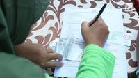 Warga mengisi formulir untuk membayar pajak kendaraan bermotor di gerai Samsat Keliling Car Free Day, Jakarta, Minggu (21/10). Agar bisa membayar pajak ini cukup menggunakan STNK dengan nama yang tertera harus sesuai KTP. (Liputan6.com/Angga Yuniar)