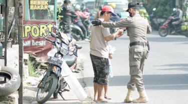 Satgas Penanganan COVID-19 Provinsi Jabar saat melakukan operasi yustisi di kawasan Bandung Raya bersama TNI – Polri, satgas kabupaten/kota. (Foto: Satpol PP Jabar)