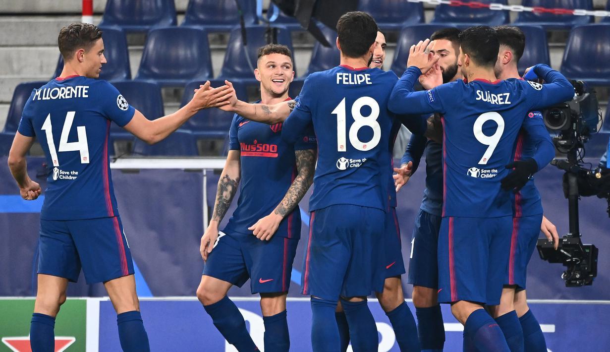 Pemain Atletico Madrid merayakan gol yang Mario Hermoso dicetak ke gawang RB Salzburg pada laga lanjutan Grup A Liga Champions di Red Bull Arena, Kamis (10/12/2020) dini hari WIB. Atletico Madrid menang 2-0 atas RB Salzburg. (AFP/Joe Klamar)