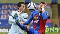 Bek Crystal Palace, Joel Ward (kanan) berebut bola dengan bek Chelsea, Ben Chilwell dalam laga lanjutan Liga Inggris 2020/2021 pekan ke-31 di Selhurst Park, London, Sabtu (10/4/2021). Crystal Palace kalah 1-4 dari Chelsea. (AP/Justin Tallis/Pool)