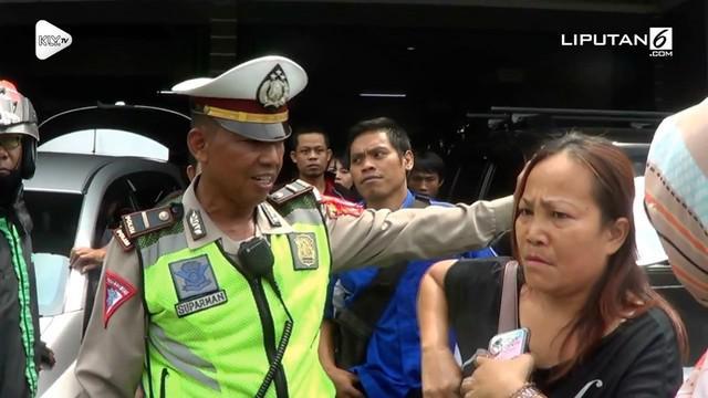 Diduga karena tak terima ditilang dan mendapat perlakuan tak menyenangkan, seorang ojek online dan ibunya tega memaki polisi dengan kata kasar.