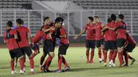 Pemain Timnas Indonesia saat latihan di Stadion Madya, Jakarta, Kamis, (20/2/2020). Para pemain timnas membuka sesi latihan kali ini dengan santai dan ceria. (Bola.com/M Iqbal Ichsan)