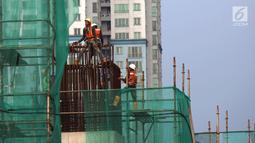Pekerja menyelesaikan proyek pembangunan gedung dan jalan di Jakarta, Sabtu (10/11). Selain memberi sertifikasi, Kementerian PUPR juga memberi bimbingan teknis keahlian kepada 208 peserta. (Merdeka.com/Imam Buhori)