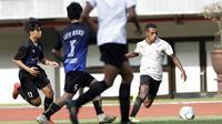 Laga uji coba antara Timnas Indonesia U-16 kontra Tim Soeratin Bekasi U-17 di Stadion Patriot Candrabhaga, Bekasi, Jumat (13/3/2020). (Bola.com/Muhammad Iqbal Ichsan)