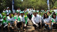 """Selain melakukan aksi penanaman pohon mangrove, BCA juga mengadakan edukasi lingkungan dengan tajuk """"BCA Green Stage"""""""