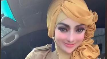 Viral Wanita Berseragam PNS Berdandan Bak Boneka Barbie