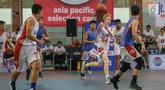 Pebasket putra bertanding pada final penyisihan Jr. NBA Global Championship Asia Pacific Selection Camp di Universitas Pelita Harapan (UPH), Tangerang, Minggu (16/6/2019). Penyisihan yang diikuti 68 peserta dari sepuluh negara akan dipilih mewakili Asia-Pasifik. (Liputan6.com/Fery Pradolo)