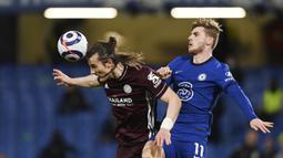 Striker Chelsea, Timo Werner, duel udara dengan bek Leicester City, Caglar Soyuncu, pada laga Liga Inggris di Stadion Stamford Bridge, Rabu (19/5/2021). Chelsea menang dengan skor 2-1. (Glyn Kirk/Poolvia AP)