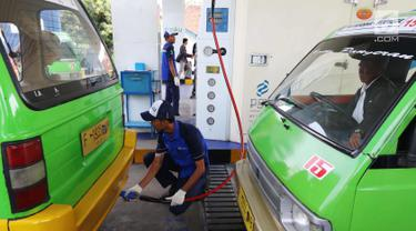 Petugas mengisi BBG angkutan kota (angkot) di SPBG PGN Jl. Moh. A. Salmun, Bogor, Jawa Barat (28/9). Saat ini sekitar 500 angkot di Bogor yang menggunakan BBG. Setiap bulan, angkot-angkot itu menyerap 150.000 meter kubik BBG. (Liputan6.com/Angga Yuniar)