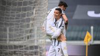 Alvaro Morata disambut Cristiano Ronaldo usai mencetak gol ke gawang Genoa di ajang Liga Italia, Minggu (11/04/2021). (Marco BERTORELLO / AFP)